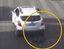 Rơi khỏi xe đang chạy, em bé may mắn thoát chết