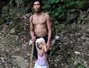Cảm động bé gái 5 tuổi dắt cha mù đi làm mỗi ngày