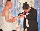 Hy hữu đám cưới cô dâu và chú rể đổi trang phục cho nhau