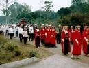 Độc đáo tục con dâu mặc áo đỏ, quạt ma cho người chết ở xứ Mường