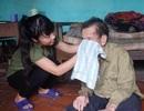 Ông bại liệt, bà già yếu, nữ sinh mồ côi cặm cụi làm thuê lấy tiền vào đại học