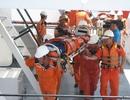 Đưa 2 ngư dân bị thương nặng ngoài Hoàng Sa vào bờ cấp cứu