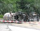 Xe chở gas lật trên đèo, lực lượng chữa cháy cuống cuồng phun nước