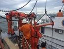 Vượt sóng, đưa ngư dân nghi bị tai biến vào bờ cấp cứu