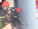 Đục tường dập đám cháy trong ngôi nhà khóa cửa