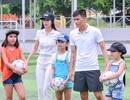 Công Vinh ra sân đá bóng cùng học trò của Thủy Tiên