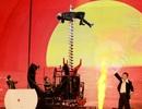 Đan Trường khiến khán giả thót tim khi biểu diễn xuyên người trên không