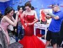 Khánh My bối rối vì gặp sự cố rách váy trước khi lên sóng