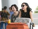 Bebe Phạm vui vẻ với mẹ chồng tại sân bay