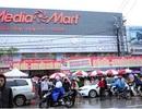 Hàng nghìn người đội mưa rét chờ mua hàng giảm giá