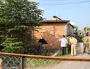 Phát hiện thi thể 2 thanh niên trên lỗ thủng của bức tường
