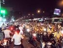 Xe chở bia lật ngang đường, giao thông ùn tắc kéo dài
