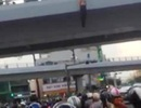 Người đàn ông treo lơ lửng trên cầu vượt giữa giờ tan tầm