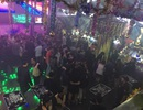 """""""Đột kích"""" quán bar lúc rạng sáng, tạm giữ 70 người"""
