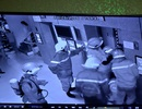 """16 người hoảng loạn khi bị """"nhốt"""" hơn 30 phút trong thang máy"""