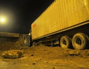 Đâm vào đuôi container, xe ben lật chắn ngang đường Trường Chinh