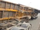 Thùng xe container lật nhào chắn ngang cầu Phú Mỹ