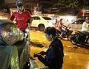 3 anh em kể chuyện 5 tiếng dầm mưa ngập sửa xe miễn phí giúp dân