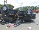 Giải cứu 2 người mắc kẹt trong chiếc ô tô lật ngửa giữa đường