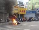 Xe máy bốc cháy ngùn ngụt khi đang dừng chờ đèn đỏ