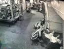 Camera ghi cảnh thanh niên bị đâm gục sau va chạm giao thông