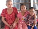 Ông bị liệt, bà ung thư vú, hai đứa trẻ mờ mịt tương lai