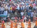 Nắng như lửa đốt, hàng ngàn người vẫn đổ về xem đua ghe Ngo