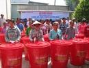 Người dân nghèo vùng hạn, mặn Bạc Liêu hồ hởi nhận xô chứa nước miễn phí