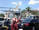 Bất chấp nắng nóng, hàng ngàn người đổ về Thánh đường lớn nhất ĐBSCL tham quan