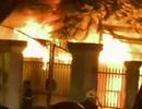 Quán cơm cháy ngùn ngụt, đe dọa nhiều trụ sở và nhà dân