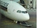 Máy bay bất ngờ đổ sập trước khi cất cánh