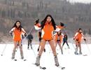 """Hưởng ứng """"ngày không mặc quần"""", thiếu nữ ăn vận mỏng manh đi trượt tuyết"""