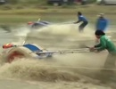 Xem người nông dân đua máy cày như lướt sóng biển