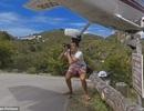 Sốc với khoảnh khắc du khách liều mình chụp máy bay... lướt trên đầu