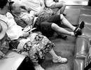 Ngủ ngáy ở sân bay, du khách bị vứt giày vào thùng rác