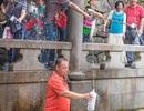 Khách Trung Quốc thản nhiên nhảy xuống hồ thiêng lấy nước
