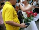 Nữ giảng viên đại học mặc váy cưới cầu hôn nam sinh trong trường