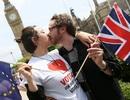 Dân châu Âu hôn nhau kêu gọi Anh ở lại EU