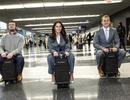 """Độc đáo vali """"chở khách"""" chạy vèo vèo trong sân bay"""