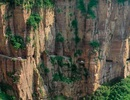 Ngôi làng nguy hiểm nhất thế giới nằm chênh vênh trên vách núi