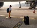 Trễ giờ bay, cặp đôi ngồi lỳ trên đường băng ngăn máy bay cất cánh