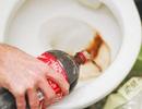 Mẹo hay tẩy trắng bồn cầu bằng nước ngọt có ga cực hiệu quả