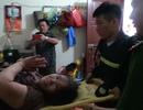 Giải cứu bà cụ bị rơi từ tầng 5 mắc kẹt giữa hai bức tường