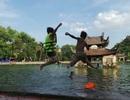 Hà Nội: Người lớn, trẻ nhỏ đổ xô tắm hồ Long Trì