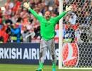Thủ môn 40 tuổi giữ kỷ lục Euro và chiếc... quần may mắn