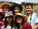 """Dàn diễn viên """"Tôi thấy hoa vàng trên cỏ xanh"""" bị du khách """"bủa vây""""  tại Phú Yên"""
