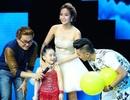 Minh Hằng massage cho thí sinh nhí ngay trên sân khấu