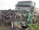 Xe bồn đâm xe tải, hàng chục tấn xi măng đổ tràn đường