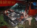 Tàu hỏa tông nát ô tô, dân đập kính đưa 4 người đi viện