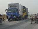 Ba xe tải dính chặt nhau trên quốc lộ